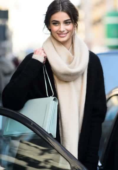 Kiểu dáng khá lạ mắt và trendy cho mùa đông năm nay. Chỉ cần chui đầu vào là xong không cần phải thắt gì cả.