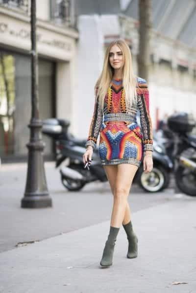 Đôi boot sock thời thượng phối cùng bộ bodysuit sặc sỡ. Sẽ giúp bạn trông thật nổi bật giữa đường phố hơn ai khác.