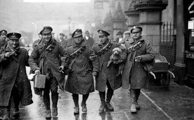 Được thiết kế cho quân nhân Thế chiến thứ I; kiểu dáng thuận tiện cho việc di chuyển dưới trời mưa và bùn đất. Và thế là nó trở thành sản phẩm thời trang được ưa chuộng lúc bấy giờ.