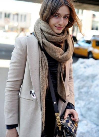 Sử dụng khăn choàng cổ có cùng tone màu nhưng khác sắc độ; để tổng thể otufit của bạn trông hài hòa hơn nhé!