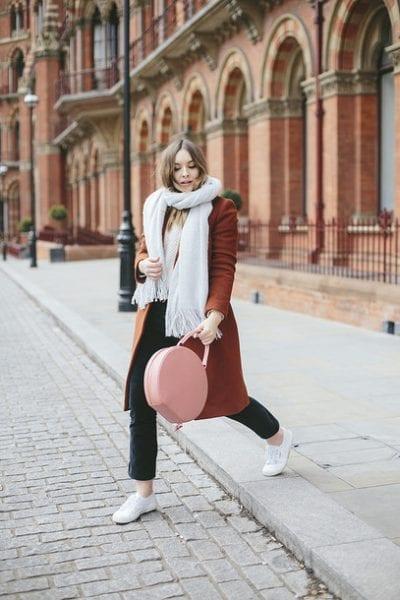 Một chiếc áo khoác dạ nổi bật cùng chiếc khăn màu trắng tinh khôi; sẽ cho ra đời 1 outfit thời thượng.