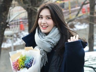 Nên mua những chiếc khăn màu trung tính để có thể phối được với nhiều kiểu quần áo.