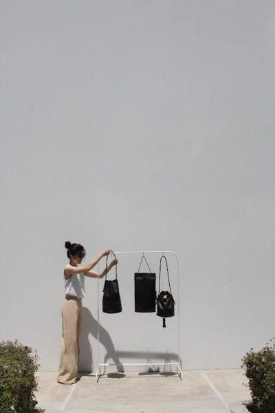 Túi xách gam màu đen cơ bản - Ảnh 1