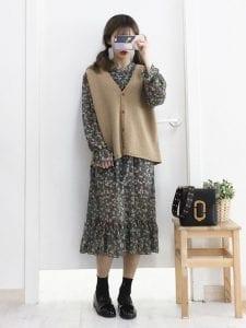 Áo gile len đẹp mặc cùng với váy hoa