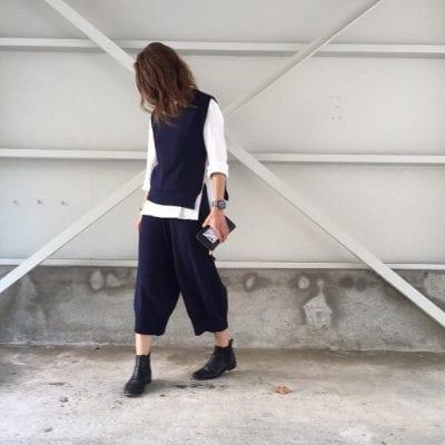 """Lỡ diện áo gile len """"mượn của bà"""" rồi thì mình quay ngược về quá khứ mượn nốt chiếc quần jeans ống rộng kết hợp thành bộ đôi cá tính, cho ngày mới năng động nhé."""