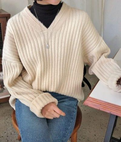 Cách phối áo len cổ lọ cùng với áo sweater - Ảnh 2