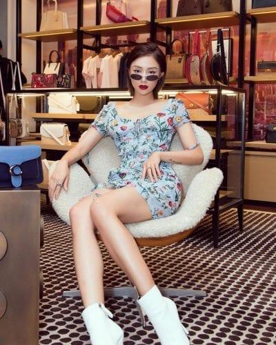 """Váy hoa hotgirls luôn là họa tiết được ưu ái, được chọn nhiều nhất trong mùa Tết. Nhưng không phải cứ diện váy hoa là sẽ """"bánh bèo nhu mì"""". Hãy nhìn ngay cách mix của cô nàng Salim cá tính. Mix chiếc váy ôm với 1 đôi bốt trắng sành điệu cùng 1 chiếc kính retro. Một gợi ý hoàn hảo cho những nàng muốn làm mới mình cho năm mới Tết đến."""
