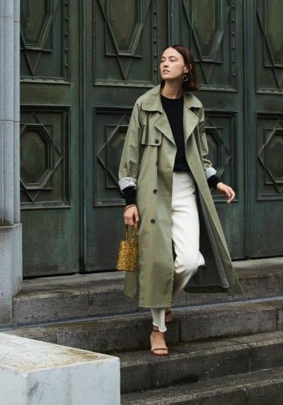Qua từng thời kỳ, kiểu dáng áo vẫn giữ nguyên 1 vài nét đặc trưng. Thậm chí đã có thời chiếc áo khoác trench coat có màu xanh quân đội; đã xuất hiện hàng loạt trên các sàn diễn thời trang lẫn ngoài phố.
