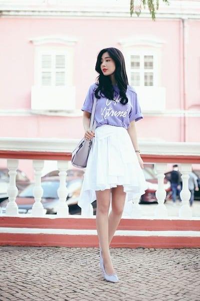 Chân váy xòe và áo phông giúp bạn năng động hơn