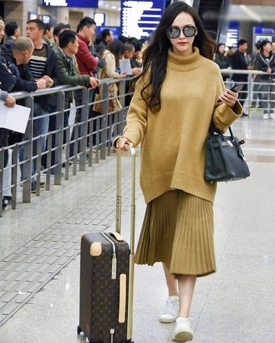 Chân váy xòe và áo len vô cùng cá tính