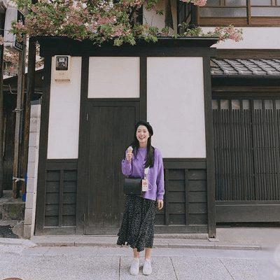 Áo sweater và chân váy xòe chấm bi đen