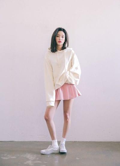 Hoodie dáng dài và chân váy xếp ly tone trắng – hồng cho bạn gái vẻ ngọt ngào, quyến rũ