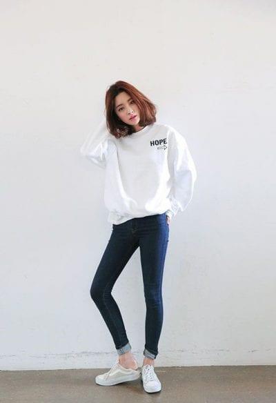 Jeans bó và Hoodie không mũ là lựa chọn gọn gàng, năng động
