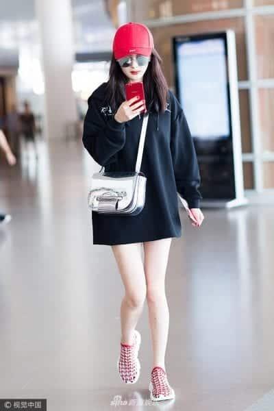 """Hoodie giấu quần là phong cách thời trang sân bay mà nhiều """"sao"""" lựa chọn"""