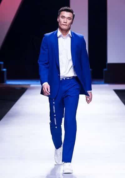 Thủ môn Bùi Tiến Dũng đảm nhiệm vị trí Vedette trong BST tại Vietnam International Fashion Week 2018
