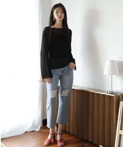 Áo dệt kim cách điệu tay loe kết hợp quần jeans và giày cao gót.