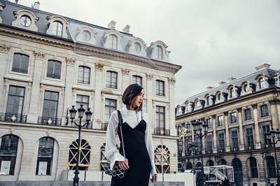 Bên cạnh đầm quây, slip dress cũng là lựa chọn đáng cân nhắc cho vẻ ngoài mềm mại và nữ tính. (Ảnh: thechrisellefactor)
