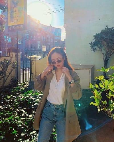 Chiếc áo blazer phom rộng, áo sơ mi trắng và quần jeans, sự lựa chọn đơn giản cho những ngày bận rộn. (Ảnh: @may__lily)