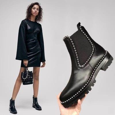 Giày chelsea boots được cách điệu nữ tính với hạt cườm