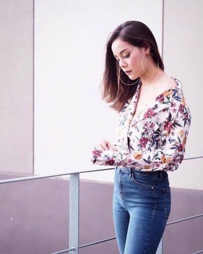 Áo hoa kết hợp với quần Jeans, khuyên tai tròn, Đơn giản nhưng vẫn sang trọng