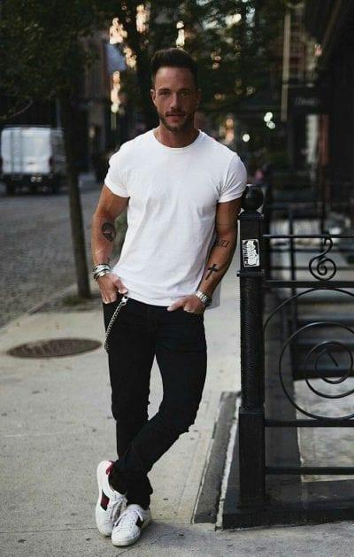 Áo phông trắng đơn giản phối với quần jeans đen
