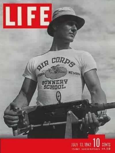 Bìa tạp chí Life năm 1942 đã góp phần đưa áo phông trở thành biểu tượng thời trang nổi tiếng