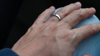 Cũng như cái tên, ngón đeo nhẫn thường được đeo nhẫn cưới hoặc nhẫn đính hôn