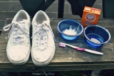 Trộn baking soda và giấm theo đúng tỉ lệ để có hỗn hợp làm sạch giày