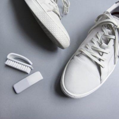 Dùng tẩy để tẩy sạch vết bẩn trên các loại giày da hoặc giả da