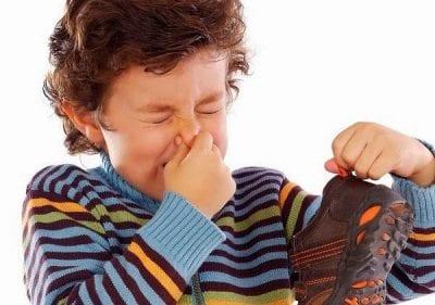 Có nhiều nguyên nhân gây ra mùi hôi khó chịu ở giày