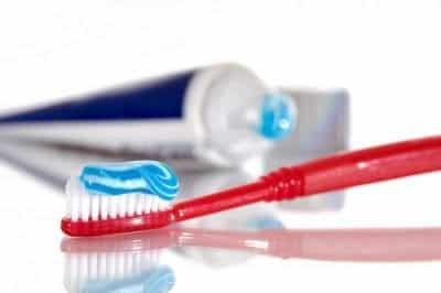 Sử dụng kem đánh răng để làm sạch giày trắng là một phương pháp hiệu quả