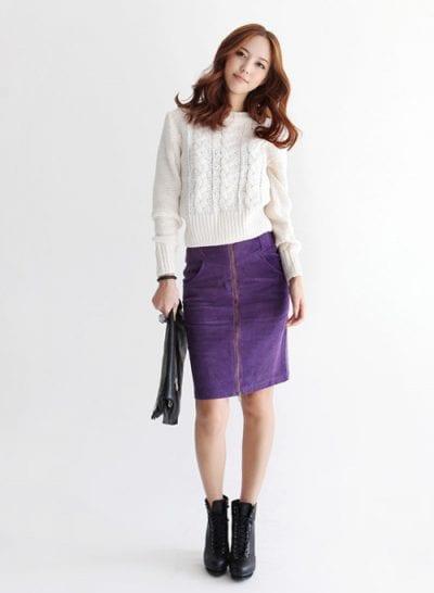 Áo len nữ tính đi cùng với chân váy bút chì