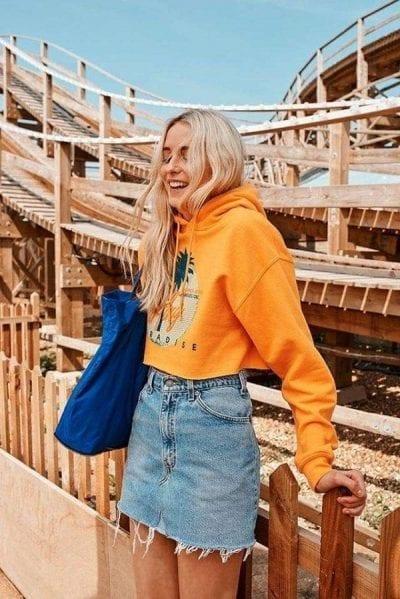 Áo hoodie croptop với màu sắc nổi bật và bắt mắt khi kết hợp với váy ôm denim dáng ngắn