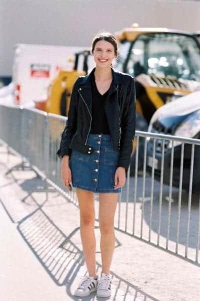 Chân váy jean phối với áo khoác da
