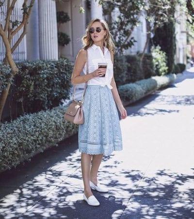 Sơ mi sát nách màu trắng kết hợp với chân váy xếp ly dáng dài màu chất liệu ren màu xanh pastel cho bạn một outfit nhẹ nhàng, hài hòa và vô cùng nữ tính