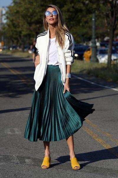 Những chiếc váy midi có màu sắc nổi bật sẽ khiến bộ trang phục của bạn trở nên thu hút hơn, cách mix match với áo bomber tạo nên tổng thể mới lạ, độc đáo vô cùng bắt mắt