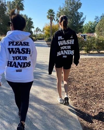 Nhiều bạn trẻ phối chiếc áo gây chú ý với quần legging hoặc shorts đi dạo phố.