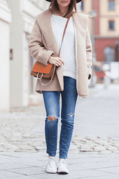 Quần bò rách, áo len mỏng và giày Converse – set đồ hoàn hảo cho mùa thu