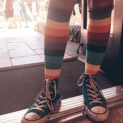 Đôi tất cao đến đầu gối này sẽ rất hợp với quần sooc hoặc váy ngắn khi phối với Converse cổ cao