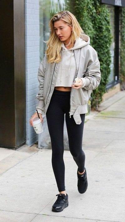 Tuy không phổ biến nhưng nhiều cô gái vẫn kết hợp áo croptop với quần legging trên đường đến phòng tập