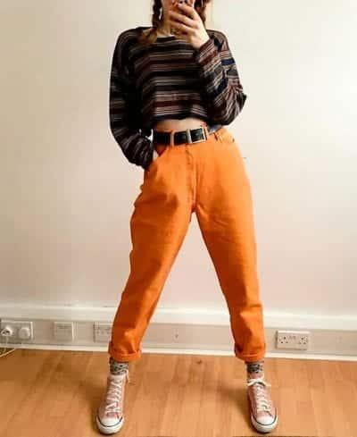 Xu hướng vintage hiện nay đang làm mưa làm gió trong làng thời trang, với áo phông dài tay croptop tối màu kết hợp với quần baggy cam nổi bật và điểm nhấn là một chiếc thắt lưng, bạn đã có một outfit mang hơi hướng cổ điển và phong cách rồi