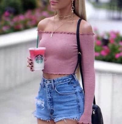 Sự dịu dàng của áo trễ vai ôm sát màu hồng khi kết hợp cùng quần shorts jean rách cá tính mang lại một outfit vừa nữ tính nhưng không kém phần phong cách