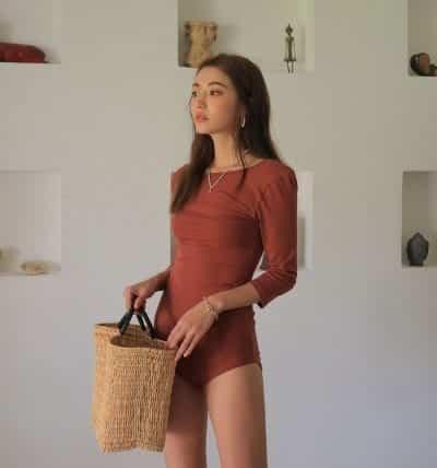 Trang phục gam màu nóng mang quyền năng làm bật lên sức quyến rũ của làn da. Cô nàng da bánh mật sẽ tự tin không phải là nắng mà vẫn chói chang.