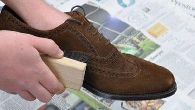Sử dụng bàn chải chải giày theo hình