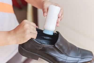 Rắc phấn rôm vào giày để hút ẩm, khử mùi hôi