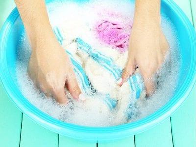 Dùng tay bóp cho áo sạch nước