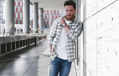 Áo sơ mi flannel trắng kết hợp với áo thun nam trắng và quần jeans