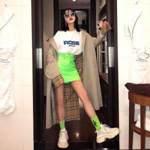 Nàng hãy sắm ngay một chiếc skirt neon để diện liền với áo phông trắng sơ vin nhé. Đừng quên mua cùng đôi tất neon cổ cao mang cùng giày sneaker cho set đồ thêm chuẩn.