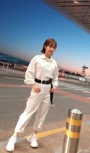 Chẳng phải đi đâu xa xôi, chúng ta có thể học hỏi Dương Tử trong diện boiler suit theo phong cách monochrome. Đơn giản mà tinh tế cùng đôi sneaker đồng màu; thêm chút điểm nhấn với thắt lưng bản to ngang eo cho outfit thêm nổi bật.
