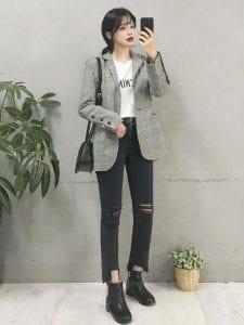 Diện vest sọc trẻ trung cùng giày bệt và phông trắng đơn giản.